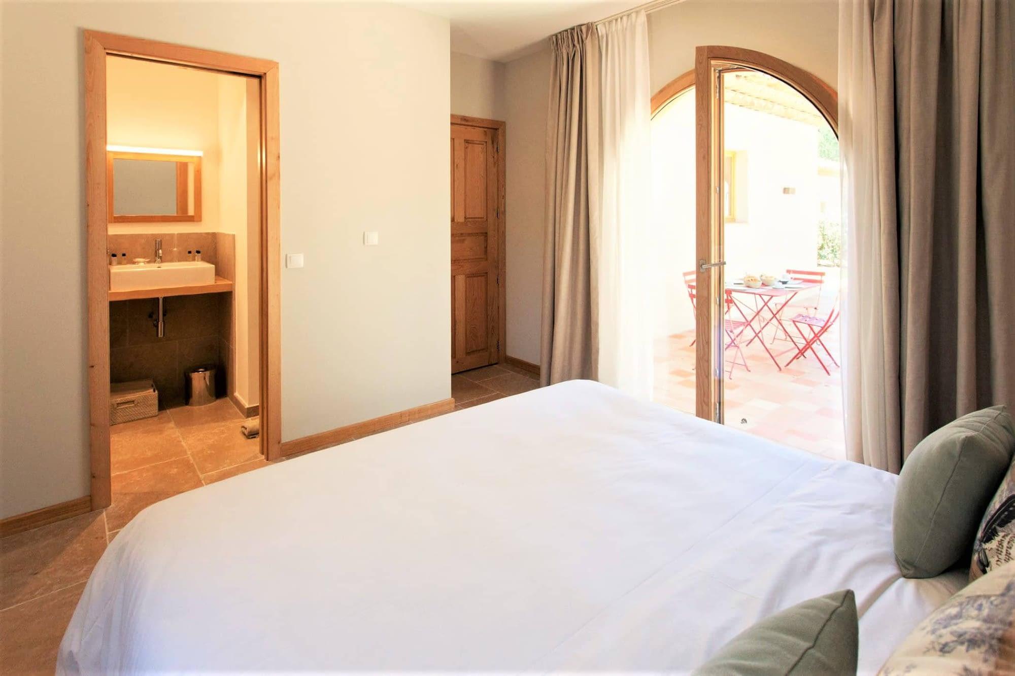 Chambre, salle de bain et terrasse dans maison L'arbousier / Bedroom, bathroom and terrace in the house L'arbousier