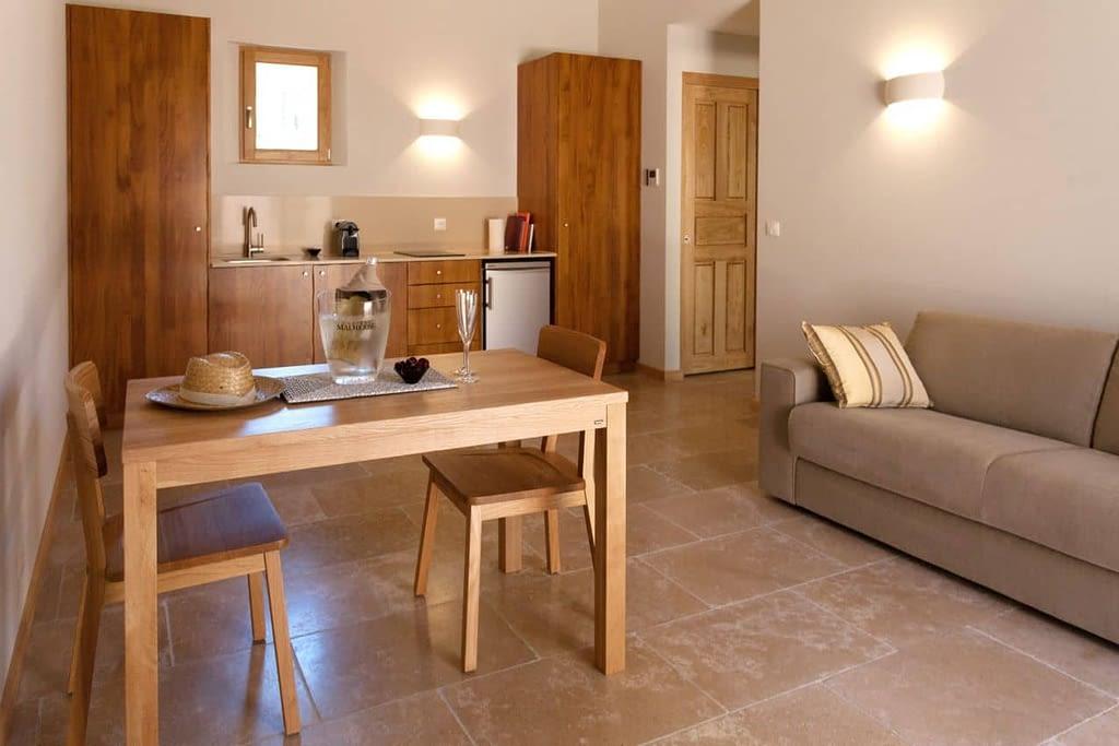 Salon, salle à manger et cuisine dans la maison Le citronnier
