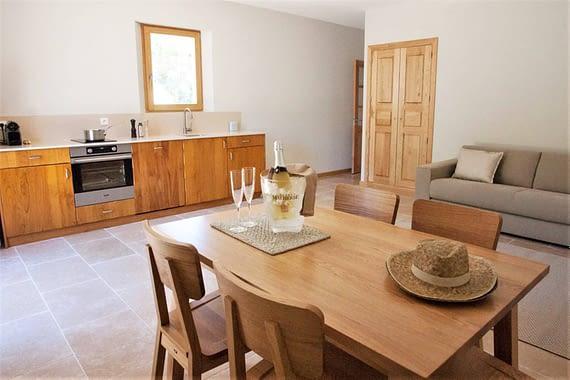 Salon salle à manger et cuisine L'arbousier / Dining room and kitchen in the house L'arbousier