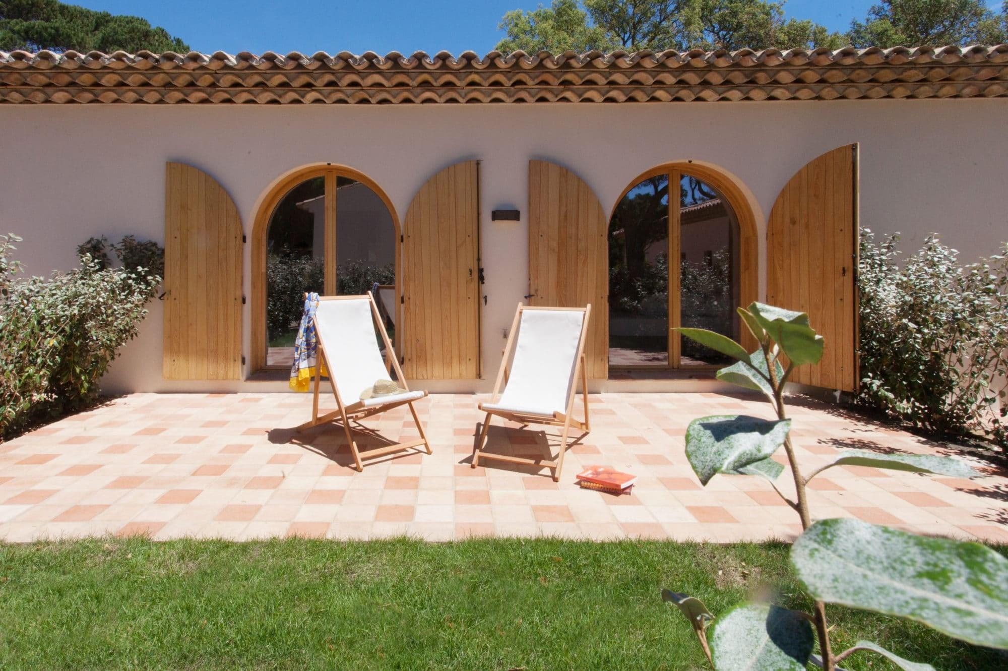 Façade L'Arbousier et terrase / Front of the house L'Arbousier and terrace