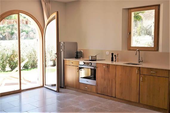 Entrée et cuisine L'arbousier / Entrance hall and kitchen in the house L'arbousier