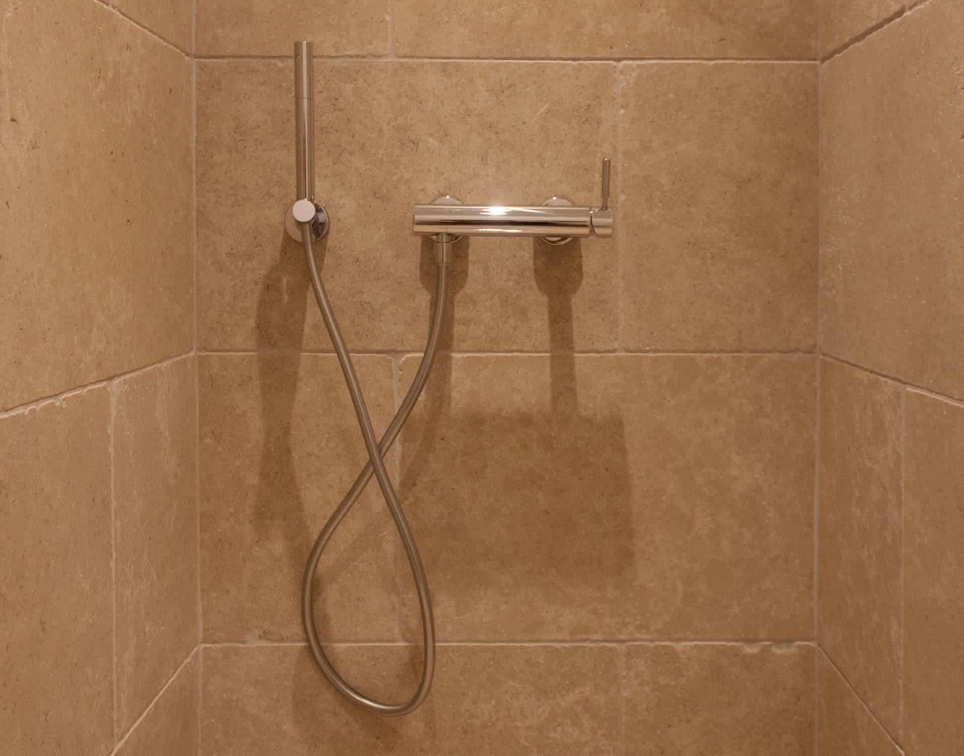 Douche dans salle de bain / Shower in the bathroom