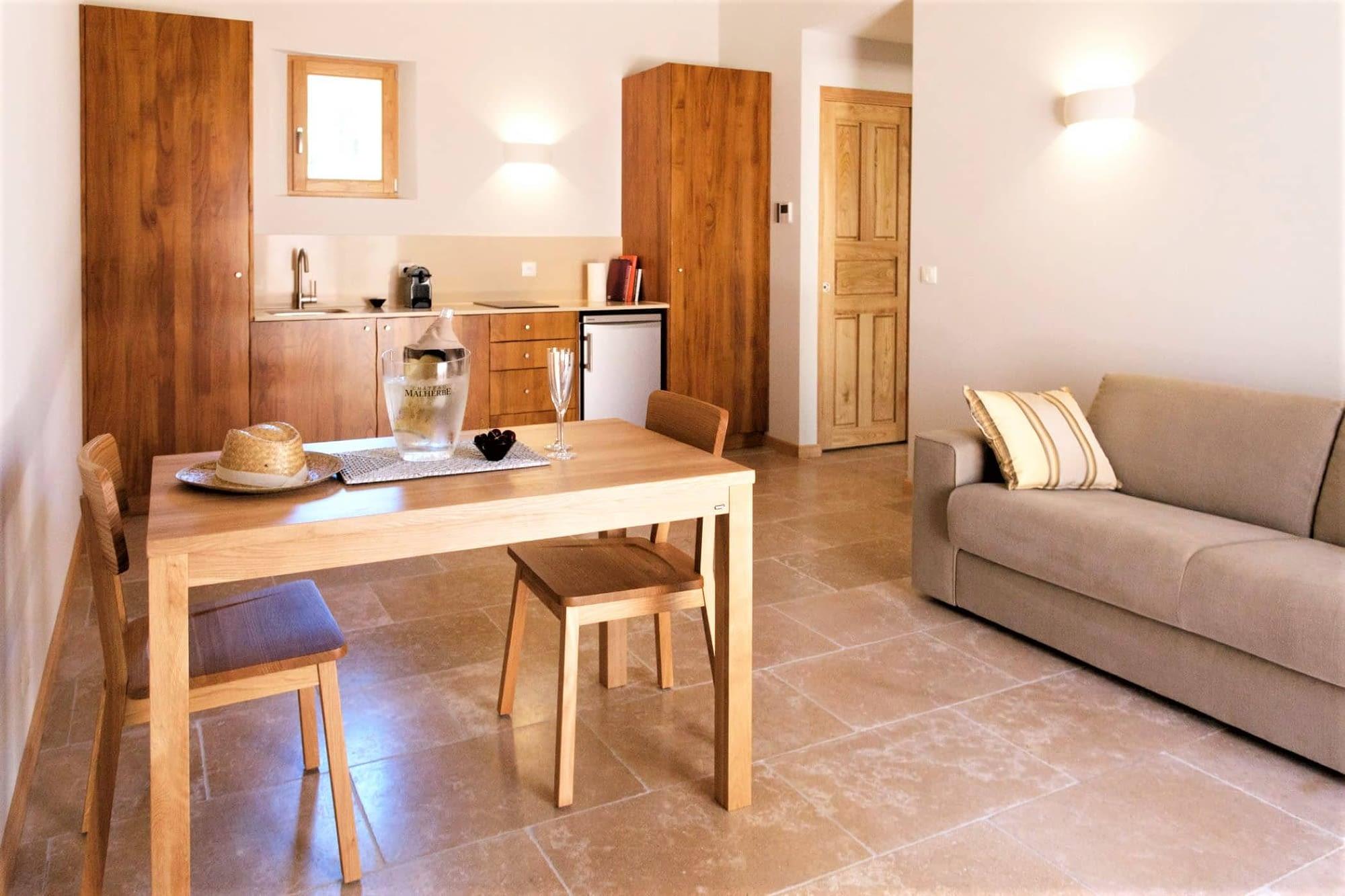 Salon salle à manger et cuisine dans Le citronnier / Dining room and kitchen in the house Le citronnier