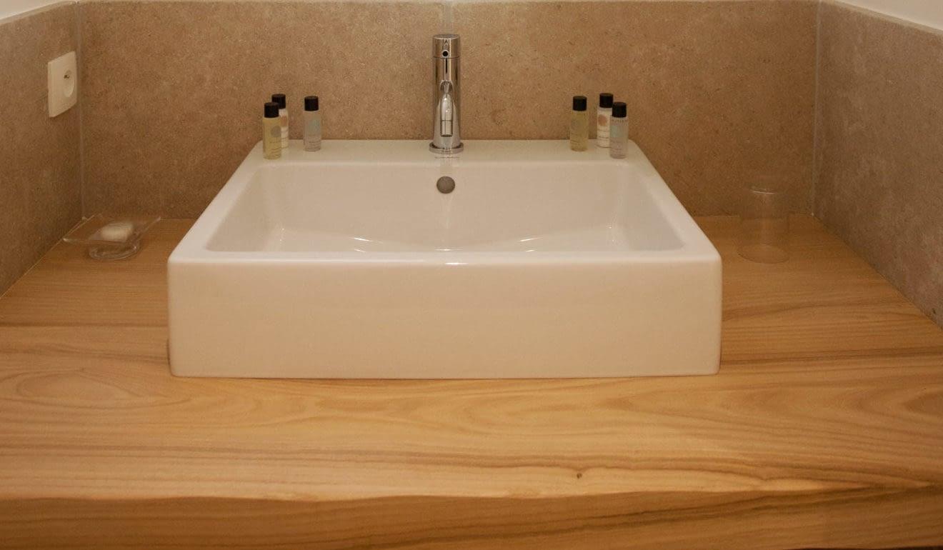 Lavabo salle de bain Le citronnier / Bathroom sink in the house Le citronnier