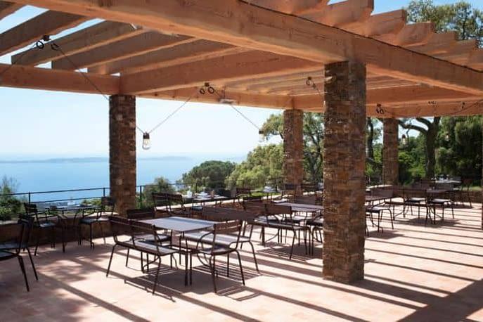 Terrasse du restaurant et vue à la mer