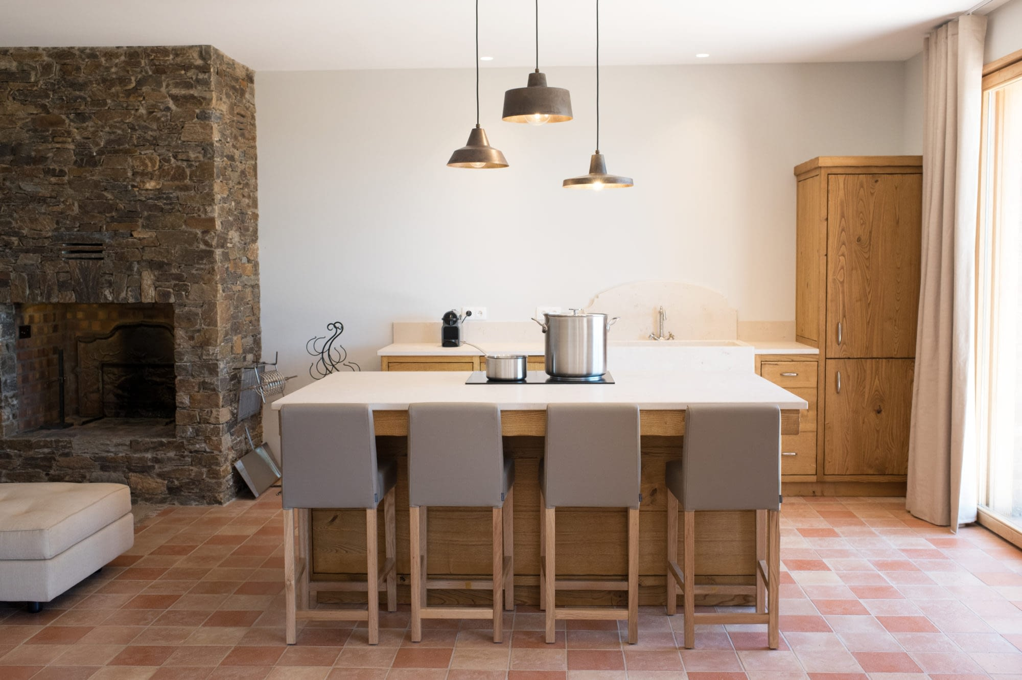 Cuisine et cheminée dans Le grand chêne / Kitchen and chimney in the house Le grand chêne