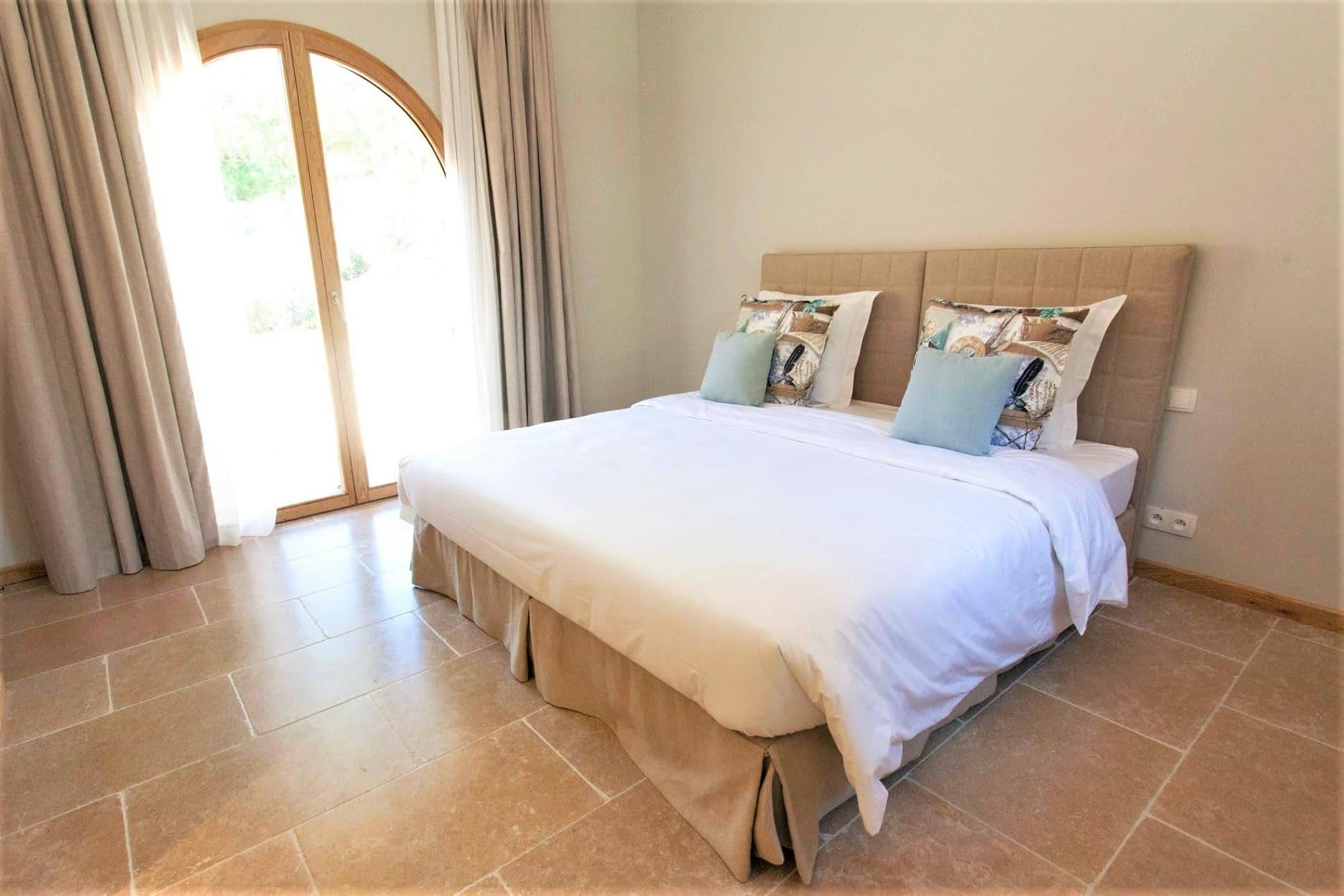 Lit dans la chambre L'Arbousier / Bed in the bedroom of the house L'Arbousier