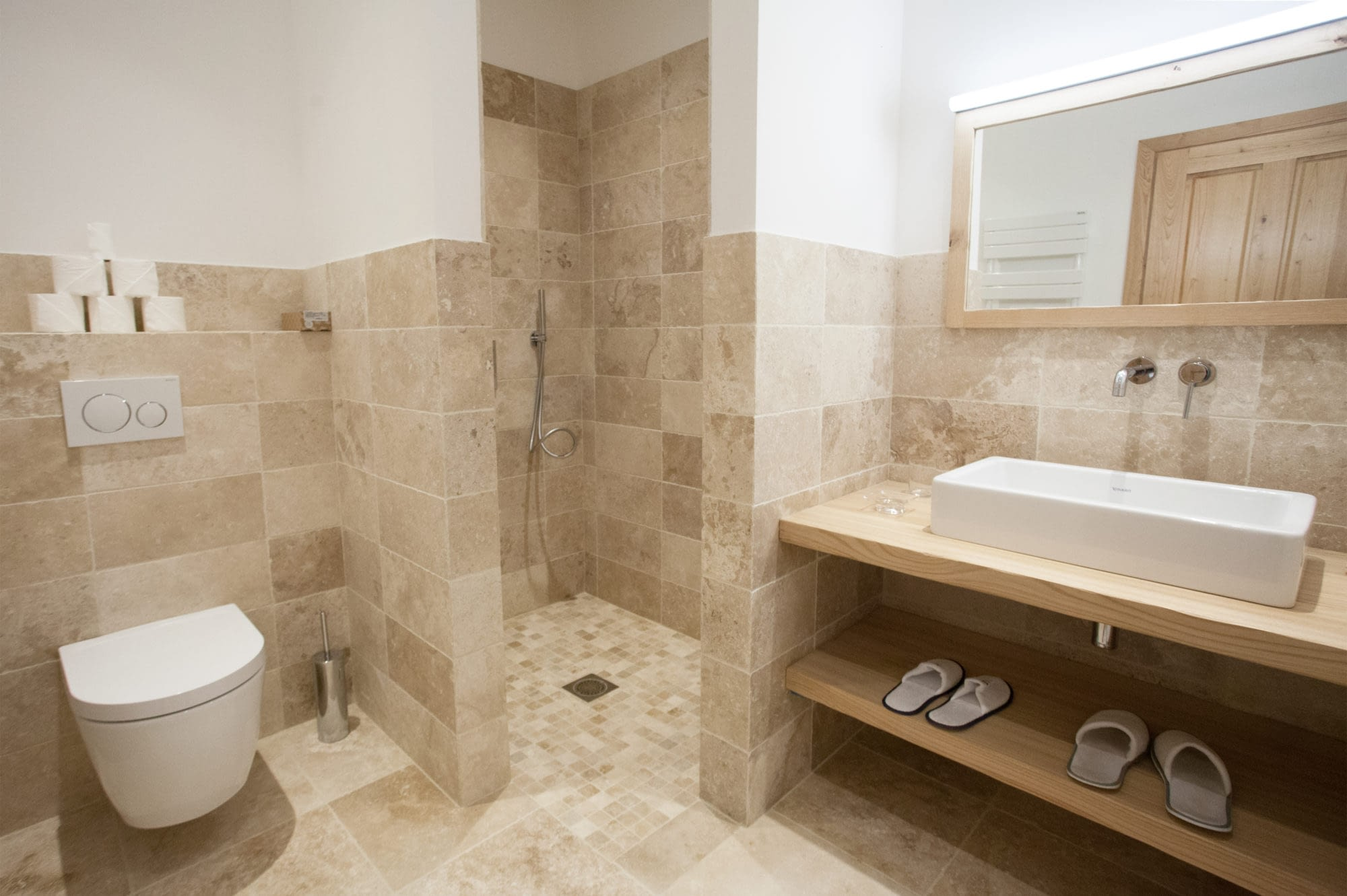 Salle de bain avec douche / Bathroom with shower
