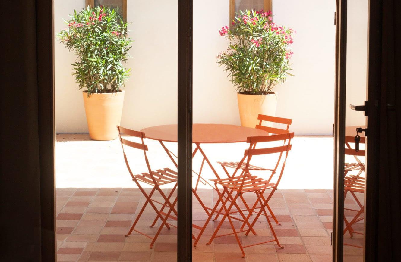 Table dans la terrasse / Table in the terrace