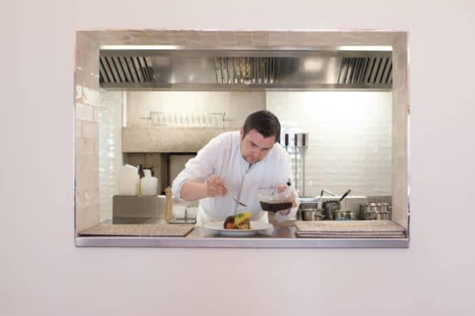 Chef dans la cuisine ouverte