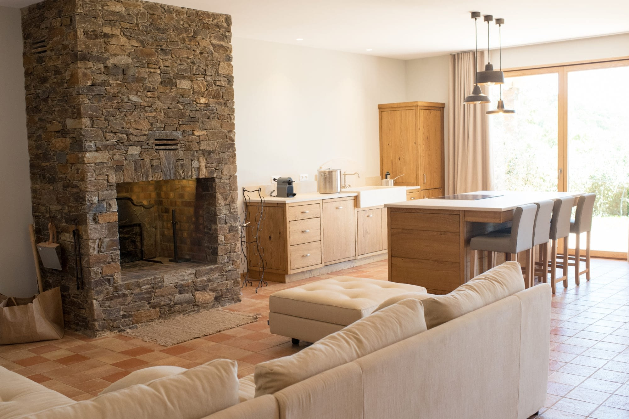 Cuisine et sallon avec cheminée dans Le grand chêne / Kitchen and living room with chimney in the house Le grand chêne